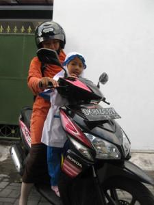Ibu dan anak bersiap berangkat sekolah