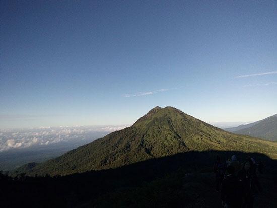 Puncak gunung IJen dilihat dari kejauhan